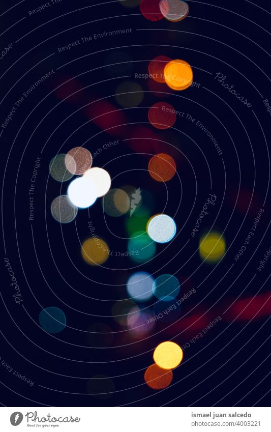 bunte Straßenlaternen bei Nacht auf der Straße Lichter Farben farbenfroh mehrfarbig Bokeh Kreise hell glänzend Unschärfe verschwommen defokussiert Großstadt