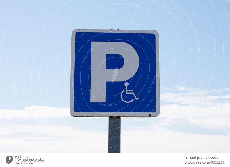 Rollstuhl-Verkehrssignal auf der Straße in Bilbao Stadt, Spanien Ampel Verkehrsgebot Zeichen signalisieren Symbol deaktiviert Behinderten-Zeichen parken