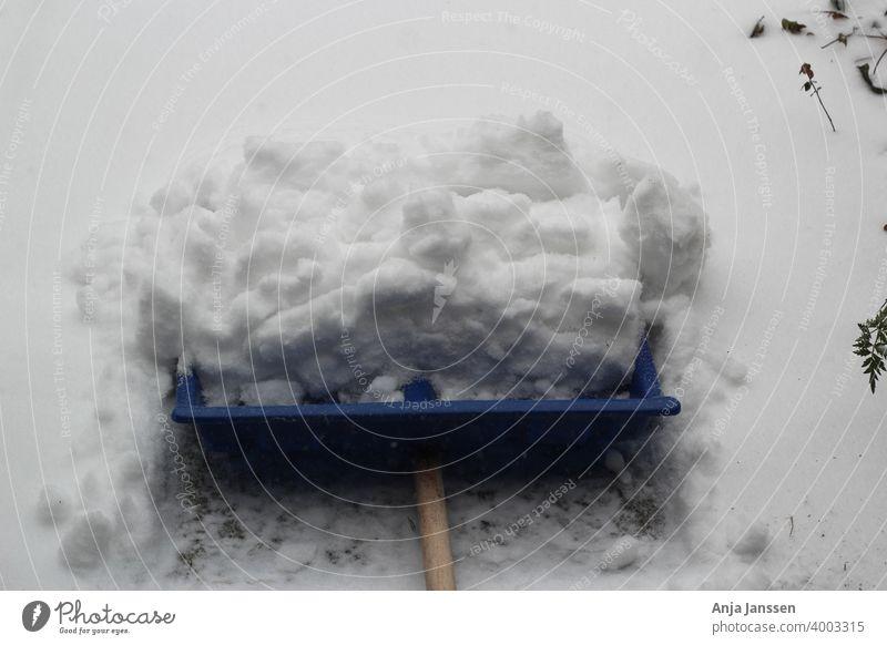 Eine blaue Schneeschaufel mit geschobenem Schnee abschließen weiß Winter Schnee schieben außerhalb im Freien Seitenweg Kehren Schneefall Arbeit Winterdienst