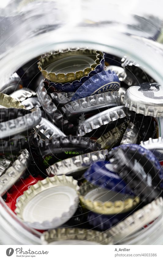 Viele farbige Kronkorken im Glas Produkt Stilleben Makroaufnahme Farbfoto Nahaufnahme Metall Alkohol Blech Menschenleer Getränk Bier Alkoholisiert Haufen grau