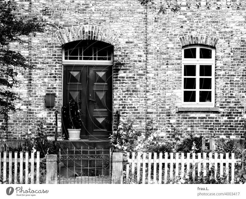 Ein freundliches altes Backsteinhaus Tür Haus Sonnenlicht Altbau Dorf Zaun Blume Tag Fenster Gartenzaun Degersen