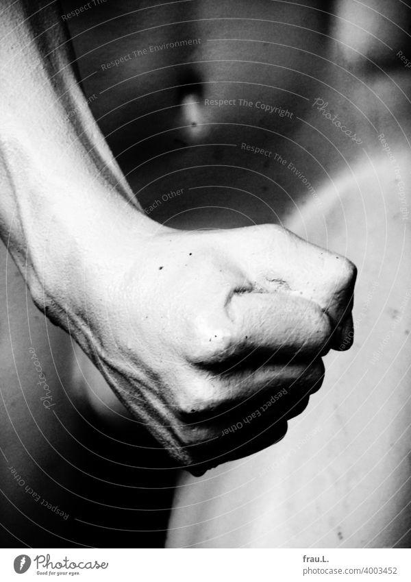 Männliche Faust Gewalt Mann Schaufensterpuppe Bauch Hand bedrohlich nackt Oberschenke Hoden Bauchnabel sexuelle gewalt