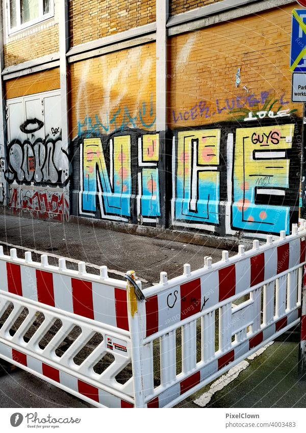 Baustelle mit einer Wand mit Graffiti Gerüst Fassade Baugerüst Renovieren Modernisierung Strukturen & Formen Buchstaben Sanieren Straßenkunst Bauwerk