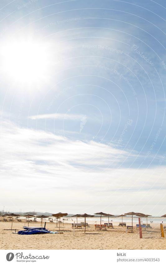 Hier sind noch Plätze frei. Essaouira Marokko Strand Menschenleer Licht Schönes Wetter blau Sommer Strandleben Liege Liegestuhl Liegeplatz Sonnenlicht