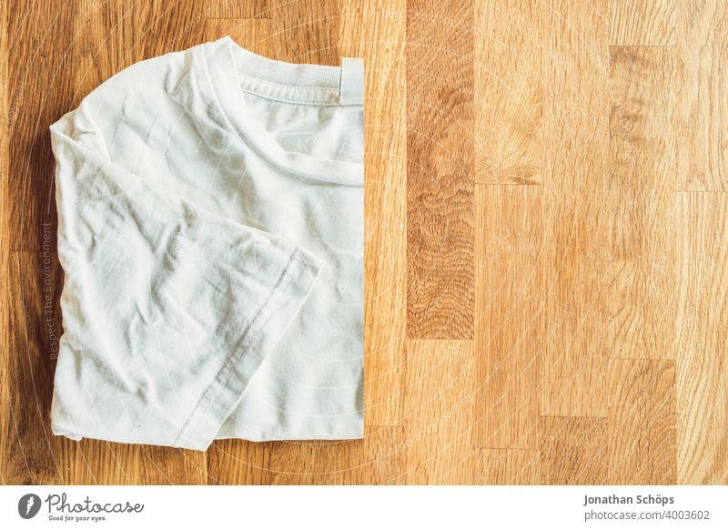 Dinge und Kleidung kaufen fasten und aussortieren in der Fastenzeit oder Passionszeit Advent Beschränkung Bewusst Bußzeit Christentum Draufsicht Einschränkung