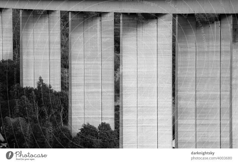 Pfeiler und Unterbau einer Brücke aus Beton im Siegtal Oberbau Ingenieurwesen senkrecht Landschaft elegant wuchtig monströs robust stabil labil hoch Höhe