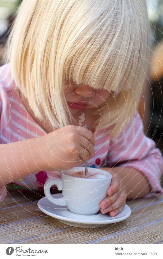 jetzt aber schnell l der Milchschaum wird kalt. Kind Kindheit Mädchen Tasse Trinken Löffel Rühren Umrühren