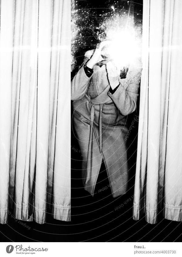Geblitzt Spiegel posieren Frau fotografieren Selfie Vorhang Mantel Innenaufnahme