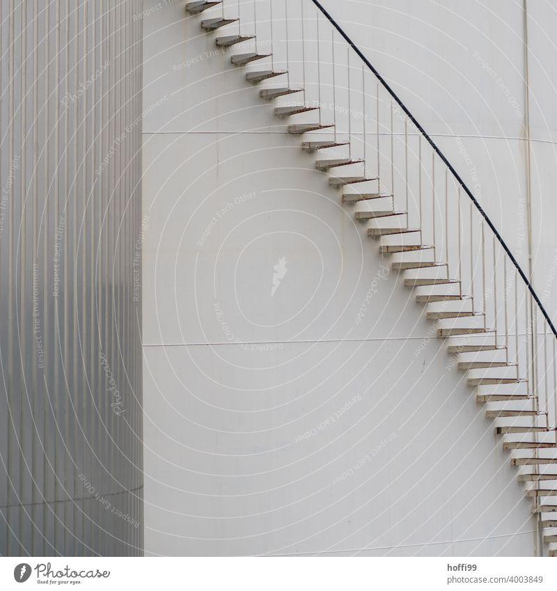 Aussentreppe an einem Öltank im Hafen Treppengeländer Notausgang Wendeltreppe Fassade Fluchtweg Gasometer Treppenturm Lagerhaus Gebäude Handlauf