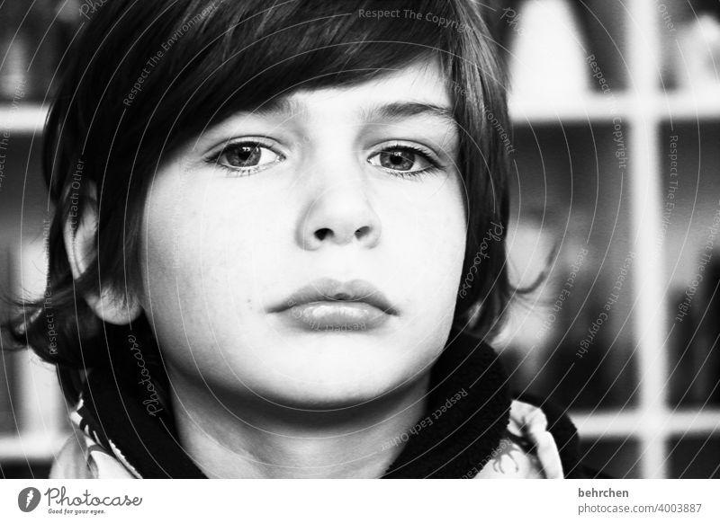 . Schwarzweißfoto intensiv Familie & Verwandtschaft Emotionen Nahaufnahme Porträt Junge Licht Sohn Kind Sonnenlicht Kontrast Tag Gesicht Kindheit ernst