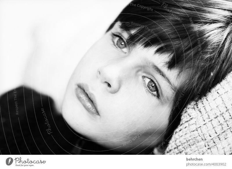 weggeträumt Liebe Sohn Porträt Kontrast Licht Tag Nahaufnahme Innenaufnahme ernst intensiv nachdenklich Sehnsucht Sorge Lippen Mund Auge Gesicht Kindheit Junge