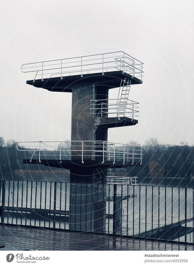Sprungturm im Winter Schwimmbad Wasser Schwimmen & Baden Freude Wassersport Freibad springen Freizeit & Hobby Außenaufnahme Turmspringen Farbfoto Freiheit
