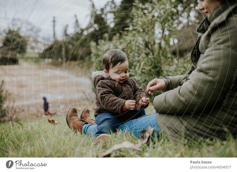 Mutter und Sohn spielen im Park Mutterschaft authentisch Mutter mit Kind Zusammensein Zusammengehörigkeitsgefühl Kindheit Glück Frau Pflege Kaukasier