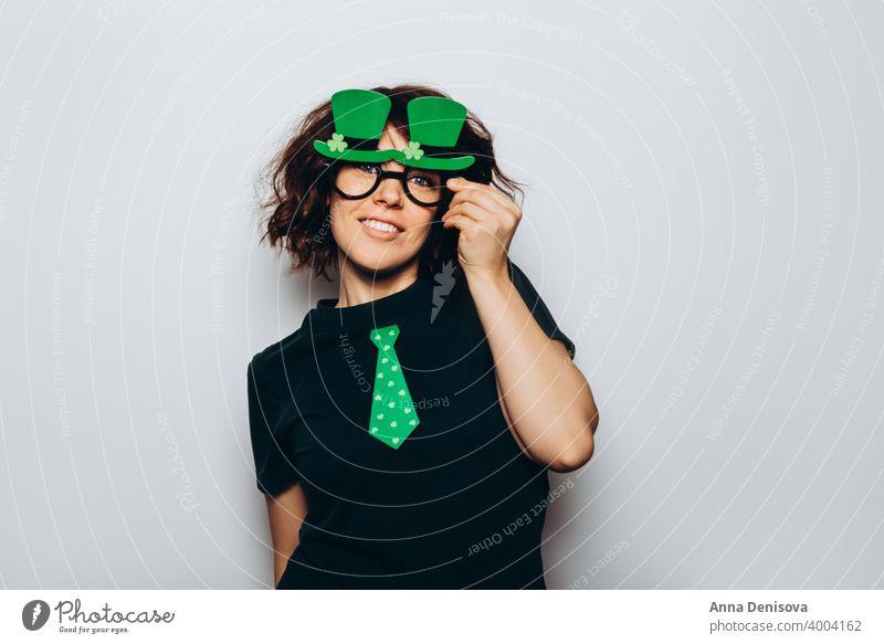 St. Patricks Day Party Symbol 17. März Kind Frau Mädchen jung Geldmünzen Hut Kobold Fotokabinen-Requisiten grün glücklich Papier Kleeblatt kiss me im irish Tag