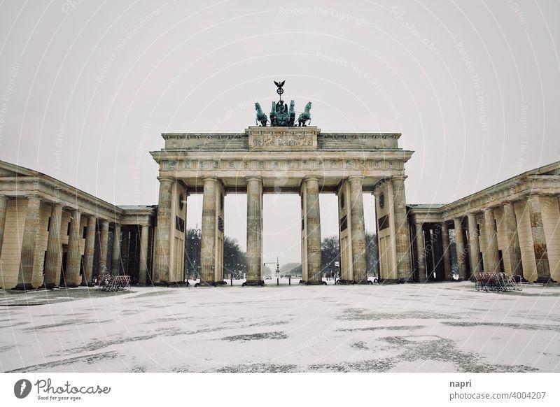 Leerstand | Brandenburger Tor und Pariser Platz im Schnee ohne Menschen Menschenleer Winter ungewöhnlich Leere stille Wahrzeichen Sehenswürdigkeit Berlin