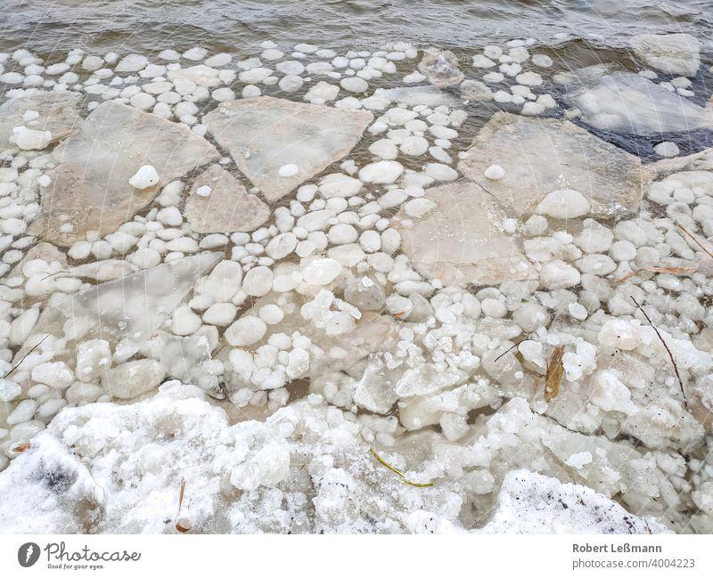 große und kleine Eisschollen auf einem See gefroren Meer Frost Scheibe Scholle eingefroren Eiskristalle Hintergrund eisig abstrakt Winter Schnee Wasser