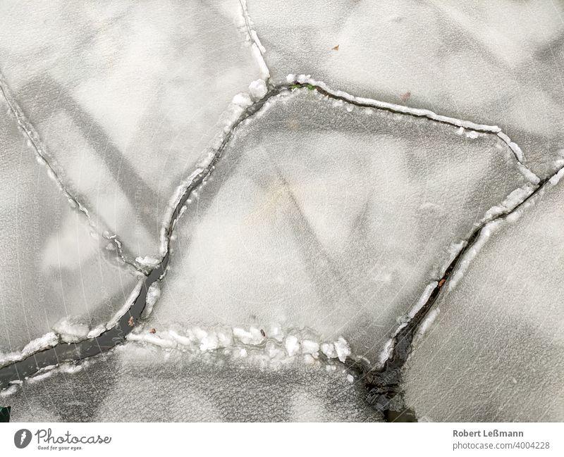 Nahaufnahme von Eisschollen auf einem See, bei eisigen Temperaturen gefroren Meer Frost Scheibe Scholle eingefroren Eiskristalle Hintergrund abstrakt Winter