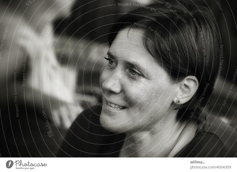 das geheimnisvolle Lächeln Porträt weiblich Frau Gesicht lächeln zuhören hübsch sympathisch kurzhaarig sw attraktiv Natürlichkeit