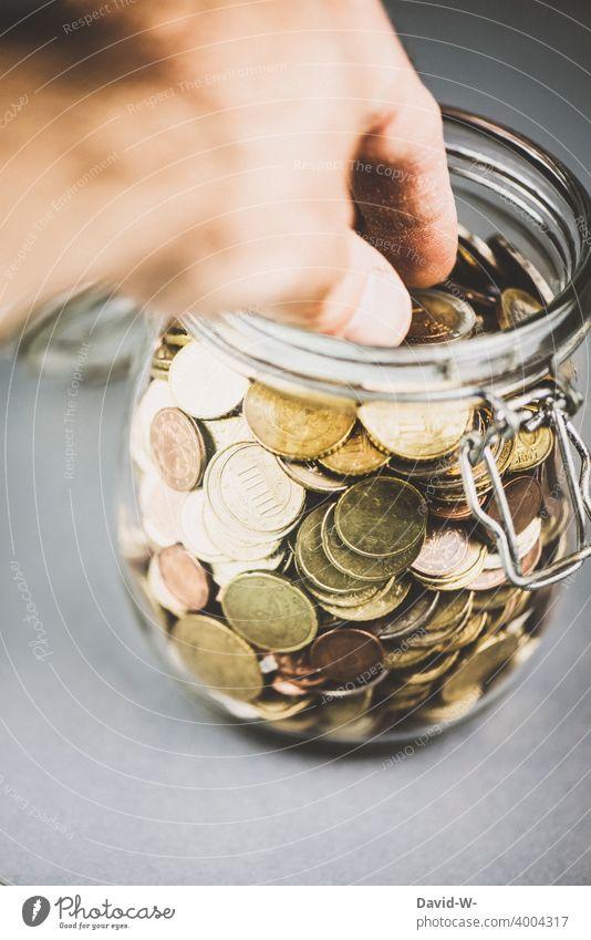 Hand greift zu den Ersparnissen Geld Armut Armutsgrenze Euro Geldmünzen € greifen sparen Rücklagen Schulden Glas Behälter u. Gefäße