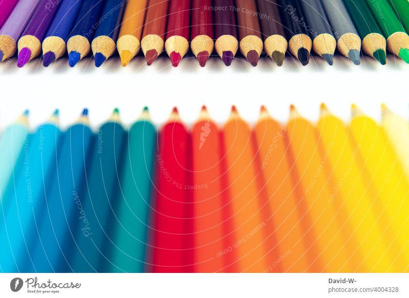 Buntstifte ergeben ein Muster mit Textfreiraum in der Mitte Platzhalter malen Kunst Kreativität Stifte mehrfarbig Schule