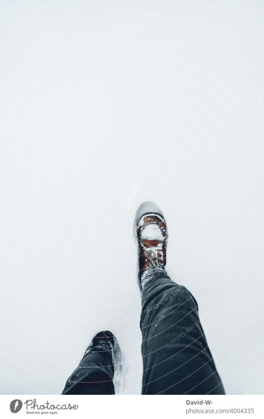 durch den tiefen Schnee waten Winter gehen versinken hoch weiß Schuhe Wintereinbruch kalt Winterstimmung