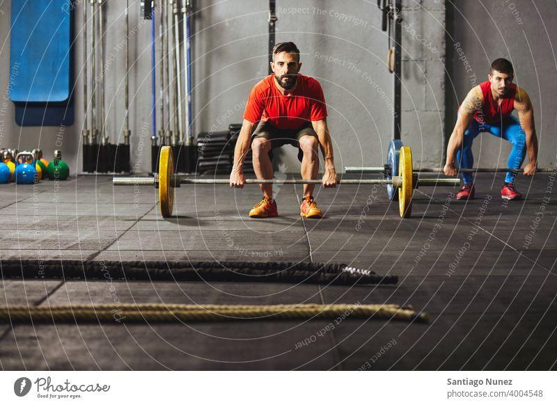 Kaukasische Männer heben Hanteln. Crossfit Funktionstraining Fitnessstudio Gesundheit Sport Training Übung Lifestyle passen Erwachsener Vitalität