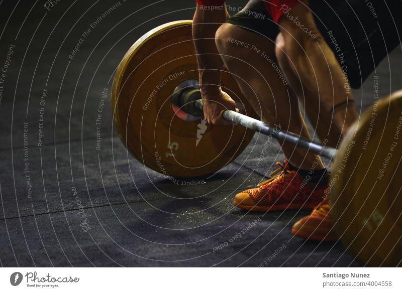 Unbekannter Mann hebt eine Langhantel. Crossfit Funktionstraining Fitnessstudio Gesundheit Sport Training Übung Lifestyle passen Erwachsener Kunstturnen Gerät