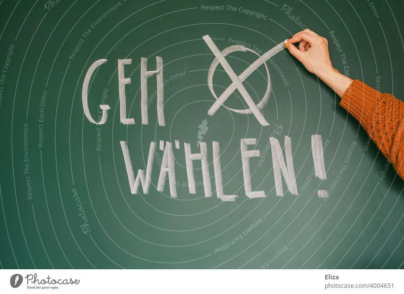 """Aufforderung """"Geh wählen!"""" auf eine Tafel geschrieben. Hand macht ein Kreuz. Bundestagswahlen. Wahlen Demokratie Abstimmung Politik Wahlkampf Stimmabgabe"""