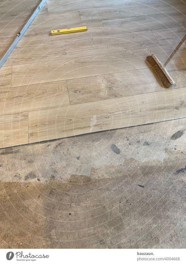 fliesen. Handwerk fliesenleger Fliesen Holz Holzoptik Besen Wasserwagen Fliesen u. Kacheln Farbfoto Fuge Arbeit & Erwerbstätigkeit Bodenbelag Innenaufnahme