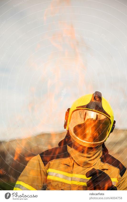 Feuerwehrmann auf weißem Hintergrund Ausrüstung Erwachsener Kämpfer Dienst Person Porträt Sicherheit Uniform Schutz gelb vereinzelt Kaukasier Beruf Stehen