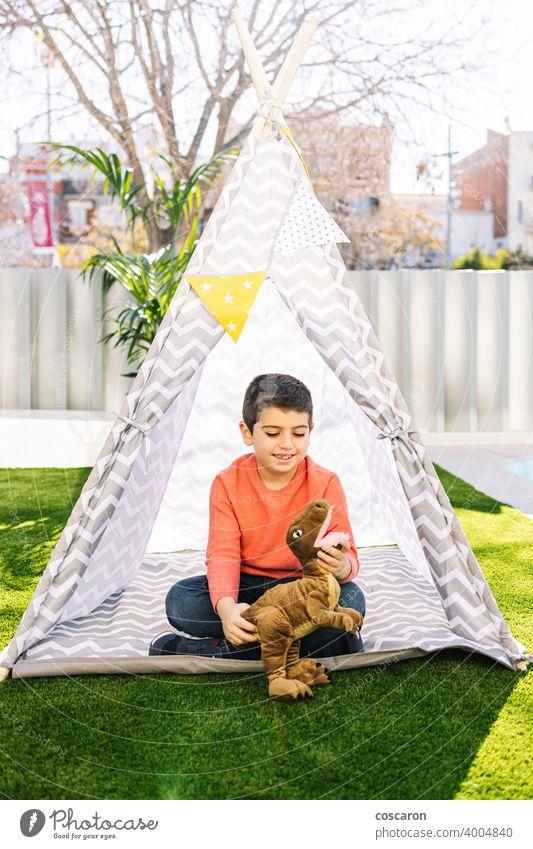 Kleiner Junge spielt in einem indischen Zelt Kaukasier Kind Kinderbetreuung Kindheit Kleidung Tracht niedlich Dinosaurier lehrreich Feder Spaß lustig Spiel