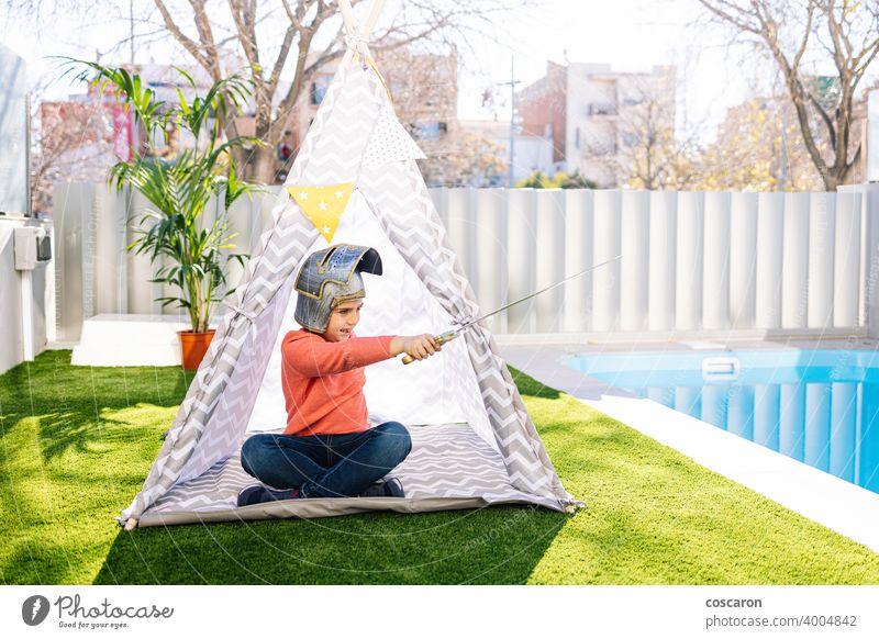 Kleiner Junge spielt in einem indischen Zelt Kaukasier Kind Kinderbetreuung Kindheit Kleidung Tracht niedlich lehrreich Feder Spaß lustig Spiel Garten Gras