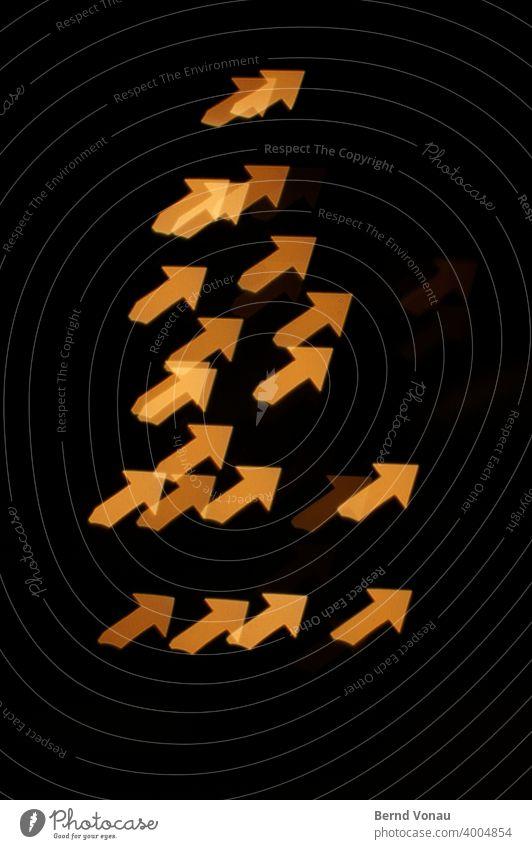 Aufwärtstrend Nacht Nachtlicht Pfeil Lichteffekt Geometrie orange schwarz eckig grafisch transparent Effekt positiv oben richtungweisend Kurs Finanzmarkt