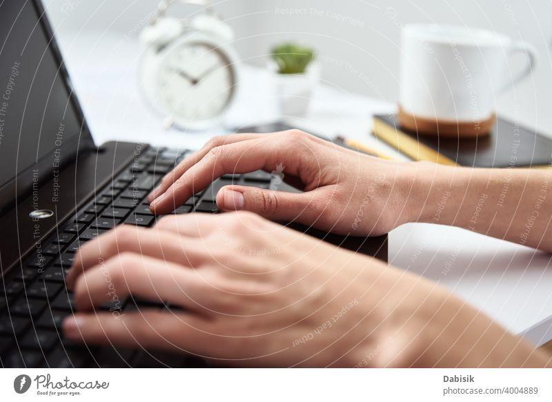 Freiberuflerin arbeitet mit Laptop im Home Office. Online Job und Remote Arbeit freiberuflich Frau Business Notebook Computer Idee Unternehmen kreativ online