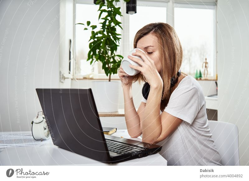 Freiberufler arbeitet mit Laptop zu Hause innen. Online Job und Remote Arbeit freiberuflich Frau Business Notebook Computer Idee Unternehmen kreativ online