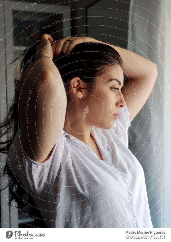 Frau macht einen Pferdeschwanz Kosmetik Schönheit süß Sauberkeit im Innenbereich Lächeln Taille hoch hübsch Gesundheit Schminke Haut Frisur Haarpflege jung