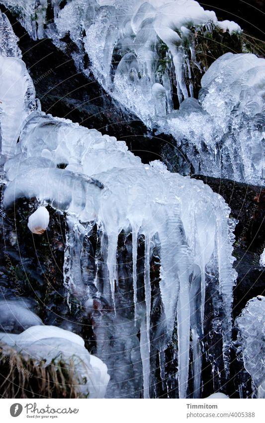 Mit Eis, bitte. Eiszapfen kalt Winter Wasserfall gefroren Frost blau weiß Menschenleer