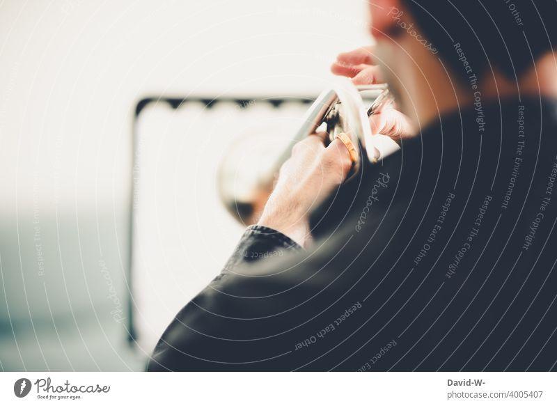 Musiker übt mit seinem Instrument Trompete üben Musikinstrument ehrgeizig Studium Musikstudium Freizeit & Hobby musizieren Spielen