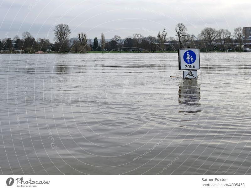 Extremes Wetter: Straßenschilder in einer überfluteten Fußgängerzone in Köln, Deutschland Klima Klimawandel Desaster Extremwetter fluten überflutete Straße