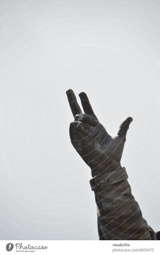 Hand einer Statue zeigt in den Himmel | Zeitgeschichte Gebärdensprache geste Zeichen gestikulieren Kommunizieren Richtung Zeigefinger Finger Teil Arm Freifläche