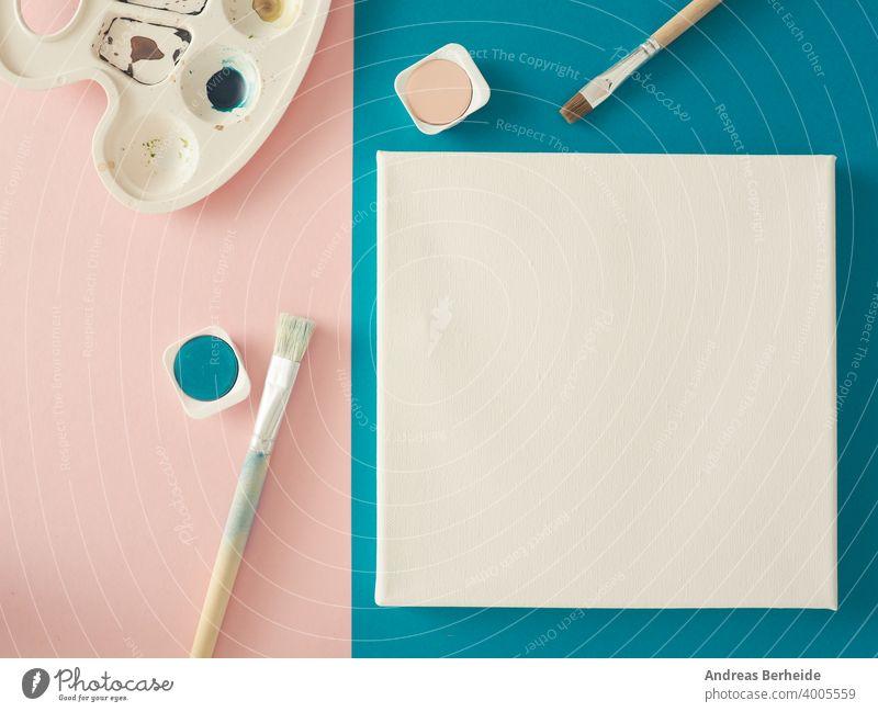 Einladungskonzept mit einer leeren Leinwand und Aquarellfarben und Pinsel auf einem rosa Hintergrund Hochzeit Grüße zu Hause Kreativität blanko Wasserfarbe