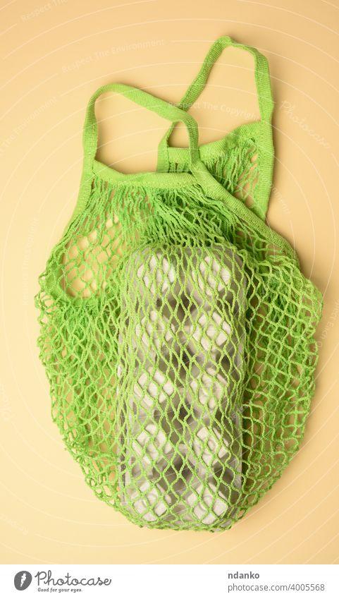 wiederverwendbare grüne Textil-Einkaufstasche mit Eierkartons auf grünem Hintergrund Netzbeutel natürlich niemand organisch Paket Papier wiederverwerten