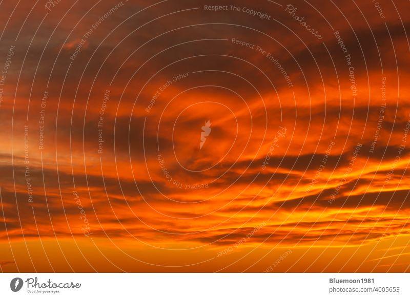 Dramatische bewölkten Himmel mit kräftigen Farben am frühen Morgen Zeit Hintergrund Schönheit Wolken Sonnenaufgang Sonnenuntergang wolkig kräftige Farbe