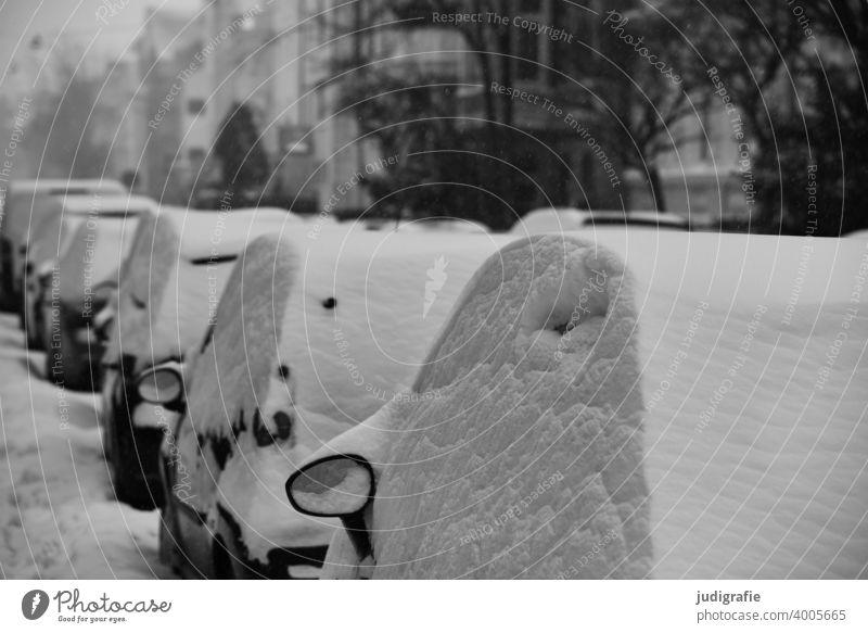 Winter auf der Straße Schnee kalt Niederschlag Verkehr urban Wetter Klima Auto parken parkende Autos Schneehaube Stadt Wohngebiet Aussenspiegel PKW Fahrzeug