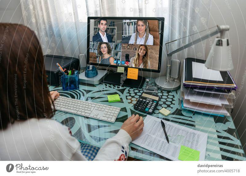 Frau auf Videokonferenz Arbeitstreffen unkenntlich Telearbeit covid-19 Quarantäne Mitarbeiter Coronavirus Computer von zu Hause aus arbeiten sprechend Internet