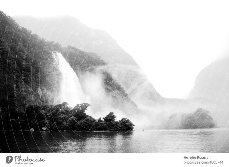 Milford Sound Wasserfälle, Neuseeland Hintergrund Nebel neblig Wasserfall Schwarzweißfoto Landschaft Natur berühmter Ort See Tal montains Fiordland Nationalpark