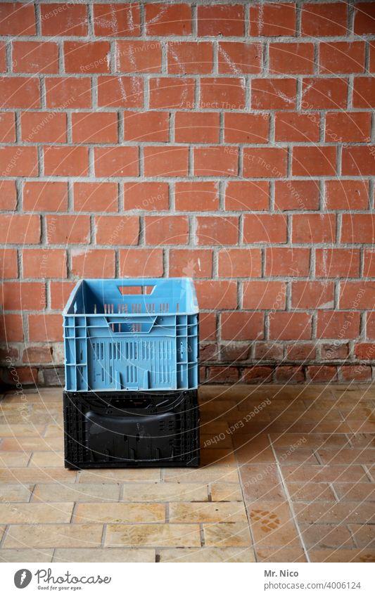 Zwei Lebensmittelkisten Handel Kiste Markt Obstkiste Kunststoff Wochenmarkt Transportbox stehen Ordnung Obstkorb Markthalle Wand Güterverkehr & Logistik