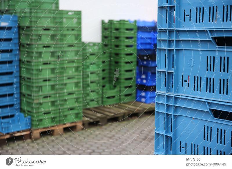 gestapelte Kisten Kunststoff Obstkiste Markt Handel Ordnung leer stehen Transportbox Obstkorb Lager Lagerhalle Lagerhaus Warenlager Stapel grün