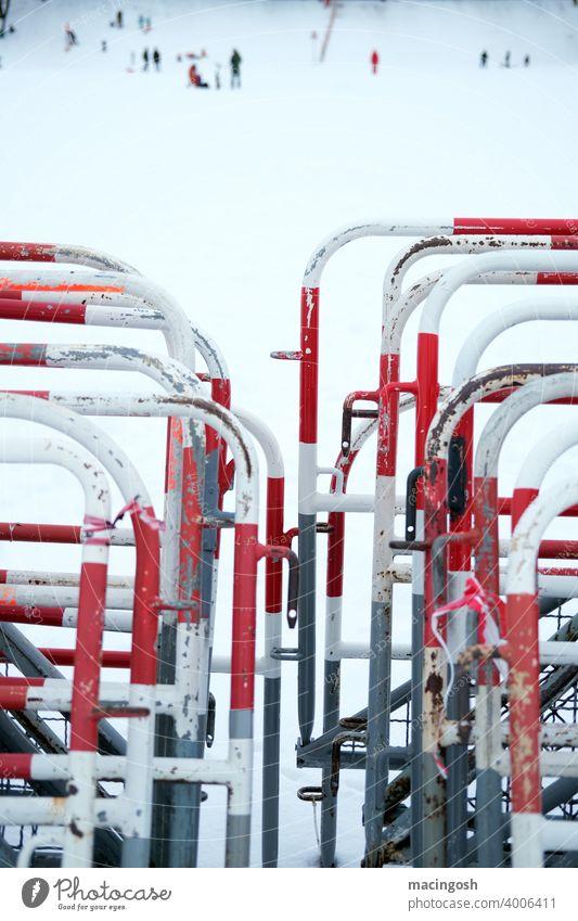 Zusammengestellte Absperrzäune im Winter Absperrung Barriere Zaun Metallzaun Sicherheit Außenaufnahme Konstruktion rot weiss Strukturen & Formen Bauzaun Verbote