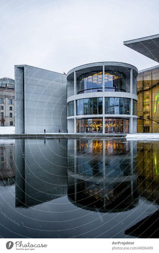 Paul-Löbe-Haus mit Spiegelung I Reichstag Ruhe Lockdown Kultur Kunst Berlin-Mitte Kongressgebäude Stadtzentrum Bauwerk Gebäude Farbfoto Wahrzeichen